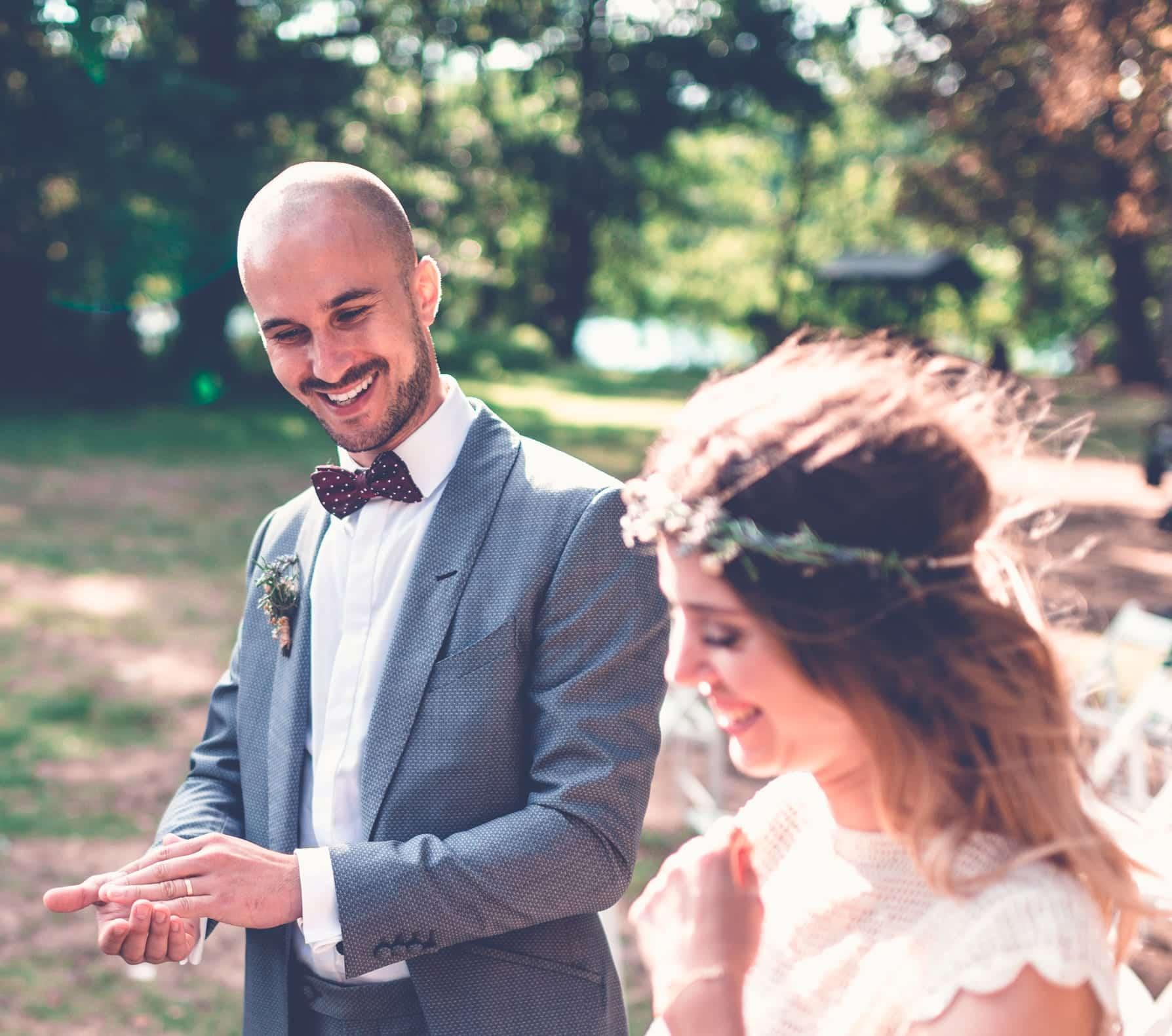 Das Brautpaar lacht über den Zaubertrick in den Händen der Braut. Der Hochzeitszauberer steht daneben ist aber nicht mehr im Bild.