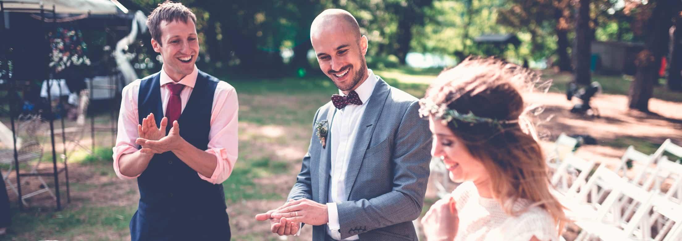 Der Hochzeitszauberer und das Brautpaar haben gemeinsam eine Erinnerung an diesen besonderen Tag geschaffen. Sie lachen und sehen auf das überraschende Objekt in den Händen der Braut.