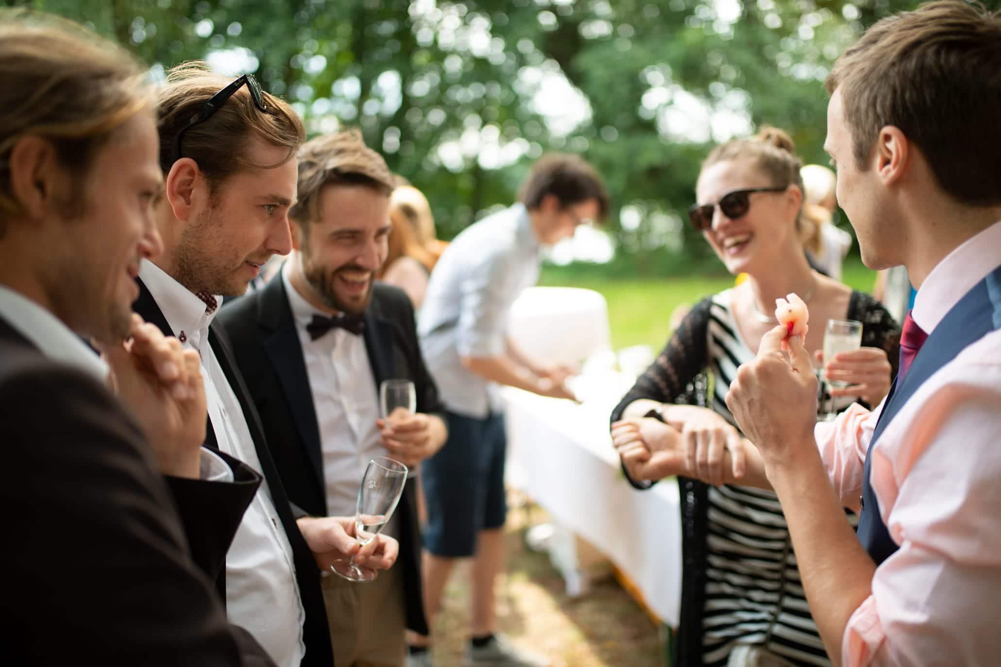 Die Hochzeitsidee kommt gut an. Ein Zauberer als Geschenk für die Gäste gibt ihnen Gesprächsstoff. Sie werden hervorragend unterhalten, haben Spaß und lernen sich dabei gegenseitig kennen.