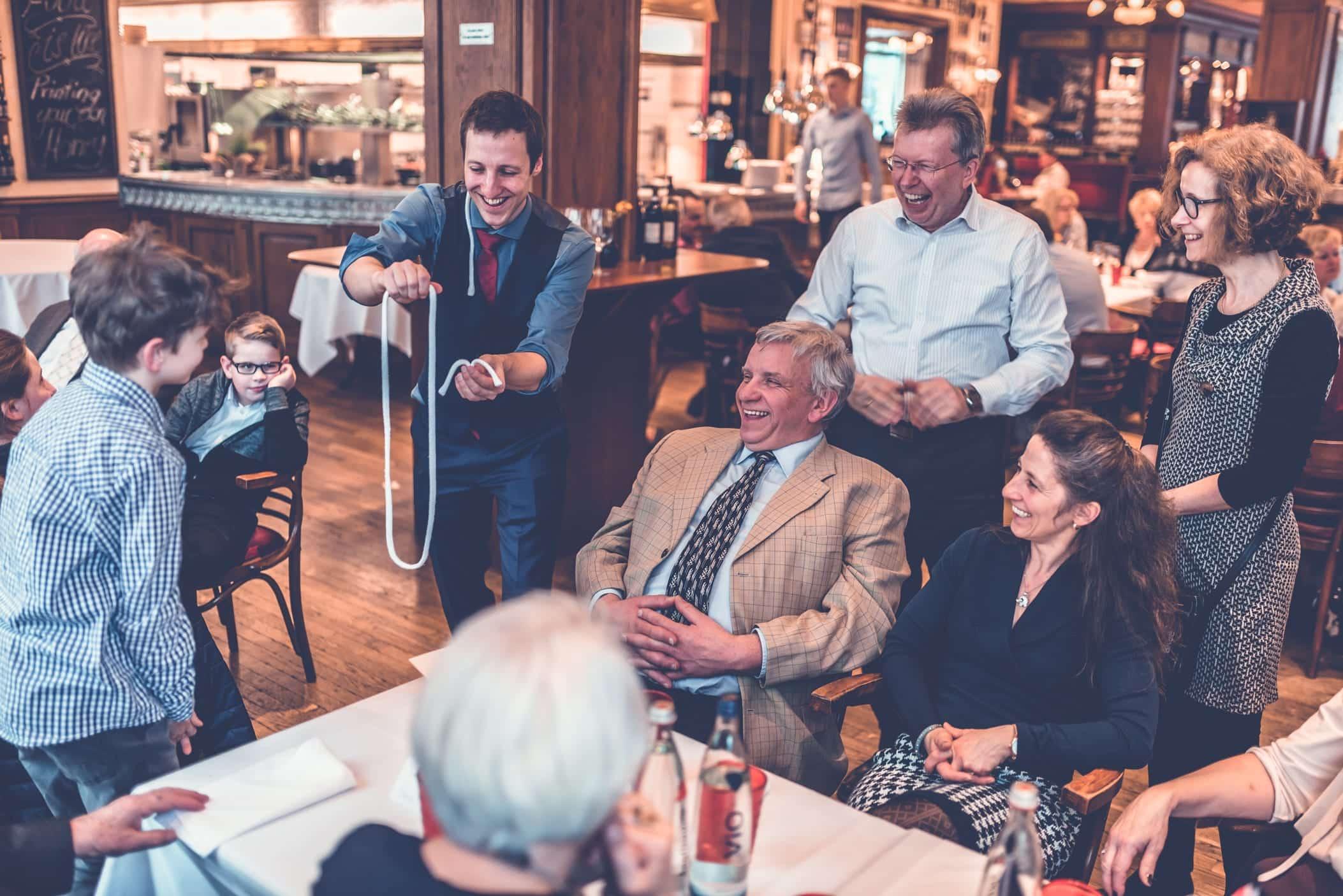 Diese Geburtstagsfeier wird durch einen Zauberer bereichert. Er zeigt den lachenden Gästen am Tisch seine Magie. Sie können hautnah dabei sein und werden eine bleibende Erinnerung behalten.