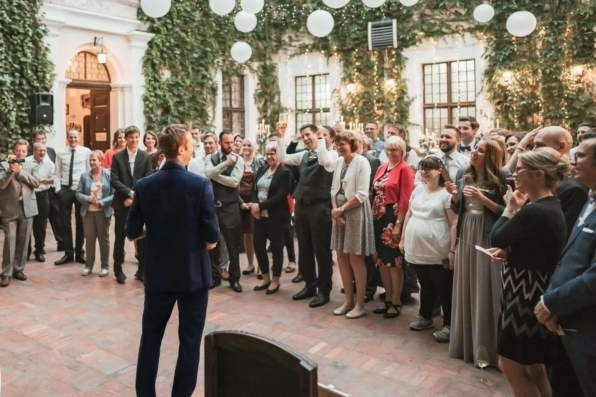 Die Mitarbeiter applaudieren dem Zauberer auf ihrer Weihnachtsfeier.