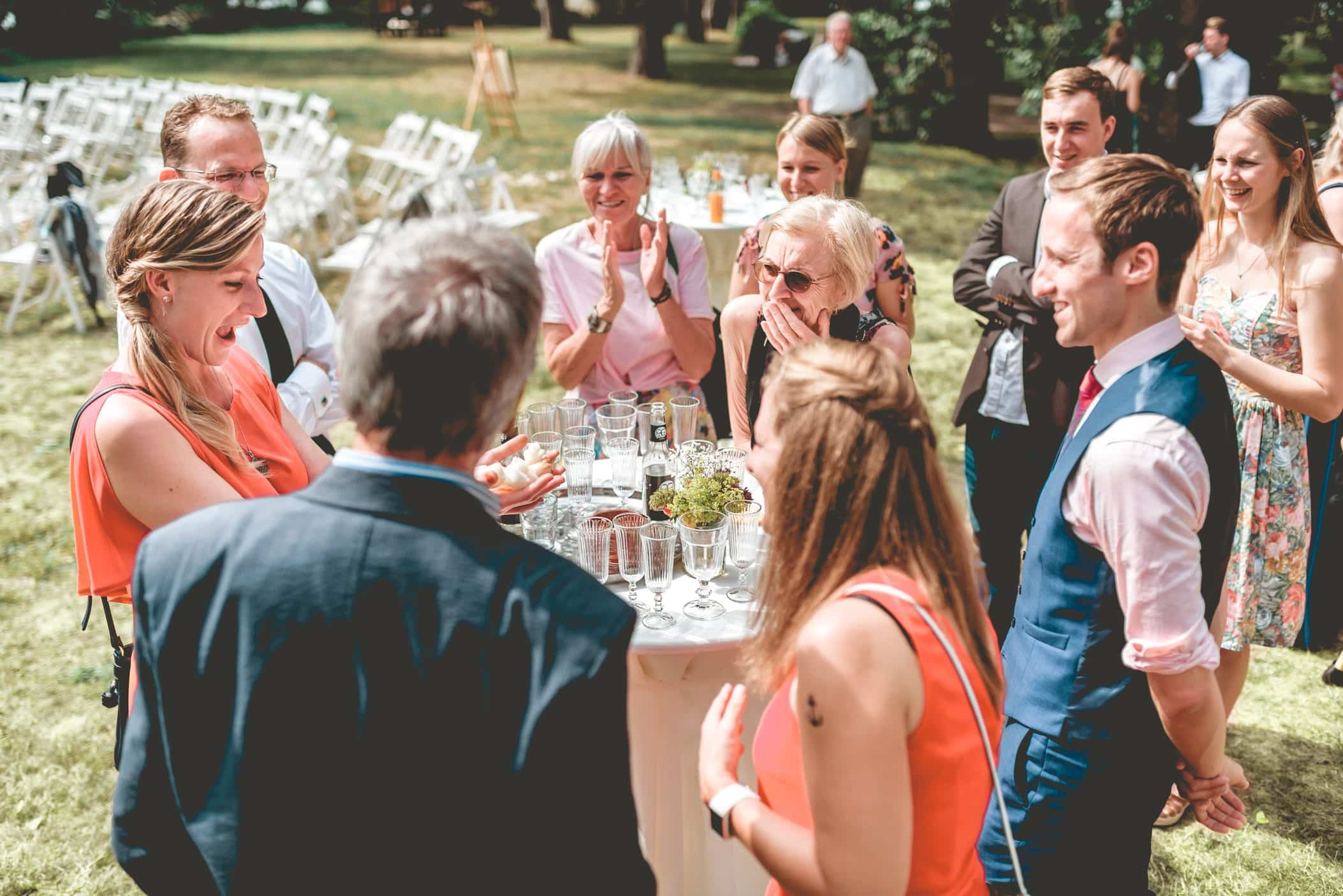 Bei einer Feier lockert der Zauberer die Stimmung mit seiner Closeup Zauberei auf. Die Gäste können kaum fassen, was in ihren eigenen Händen passiert. Sie lachen gemeinsam über die Magie am Stehtisch.