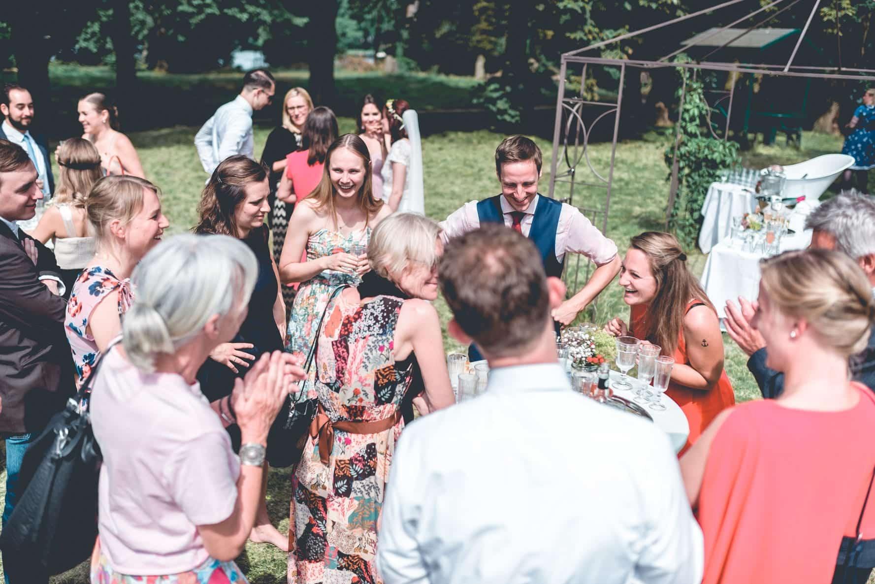Ein Zauberer bringt auf einer Hochzeit die Gäste zum Lachen und Staunen.