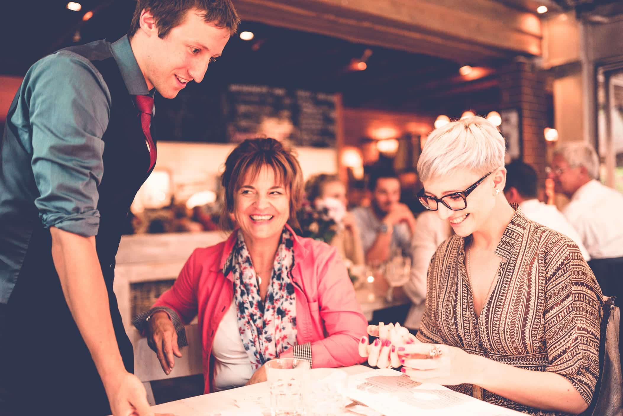 Auf einem Networking Event unterstützt der Zauberer die Gäste dabei sich kennen zu lernen. Dazu zeigt er ihnen unmögliche Effekt, über die sie sich dann unterhalten können.